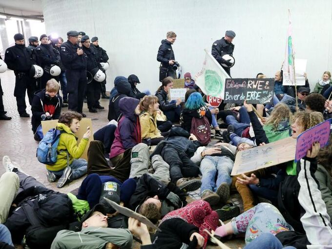 Fridays For Future Detail: Generationenkonflikt Bei RWE-Hautversammlung